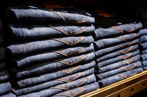 estoque de calça jeans